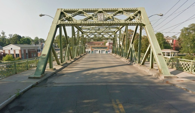 A Google streetview allows us to cross the bridge.